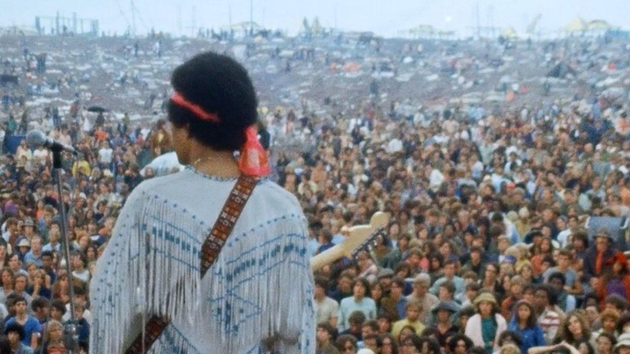 JIMI HENDRIX DANDO SU LEGANDARIO CONCIERTO EN WOODSTOCK 1969