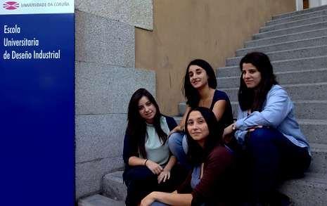 Macarena Arcays, Andrea Magán, Tays Ferrer y Susana López, en la escuela de Diseño Industrial de Ferrol.