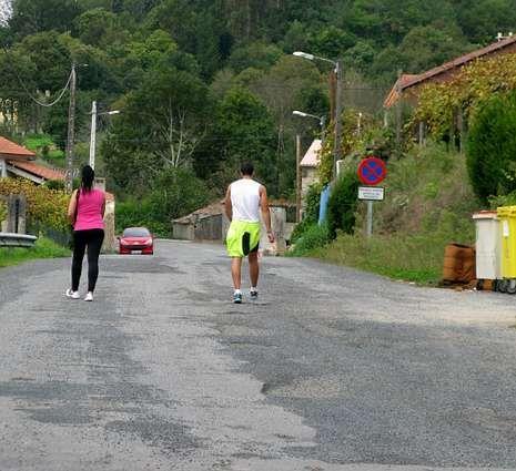 Junio arranca con decenas de peregrinos en Santiago.Un tramo aislado de A Barquiña, por donde pasa el camino.