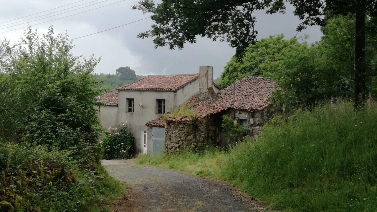 En esta casa del lugar de Freirá, en Sobrado, vivían los dos hermanos detenidos por el crimen de Toques