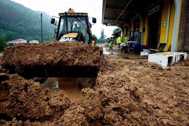 El desbordamiento del río Navas, en Cantabria, ha inundado esta mañana una vivienda en el municipio de Cabezón de la Sal, cuyos ocupantes se niegan a desalojar, y en Roiz, Valdáliga, un desprendimiento de tierra y piedras (argayo) ha caído sobre las vías de tren, lo que mantiene cortado el tráfico ferroviario.