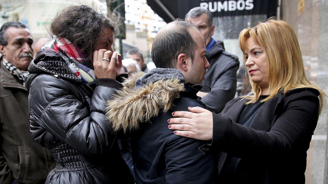 «Ella nos acogió y ahora no la vamos a dejar sola».Carlos, a la izquierda, dialogando con Carmen tras recibir las llaves de la casa okupada