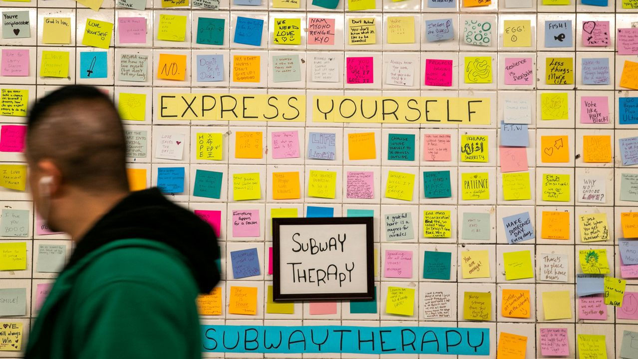 Mensajes escritos en post-it en la estación de metro de Nueva York