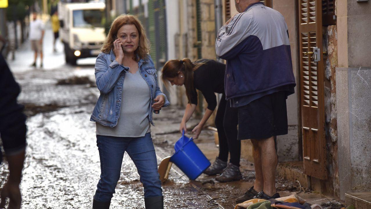 Vecinos de Sant Llorenç, esta mañana, tras el desbordamiento de torrentes provocados por las fuertes lluvias
