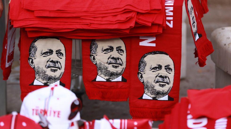 .Bufandas con el rostro de Erdogan en Ankara