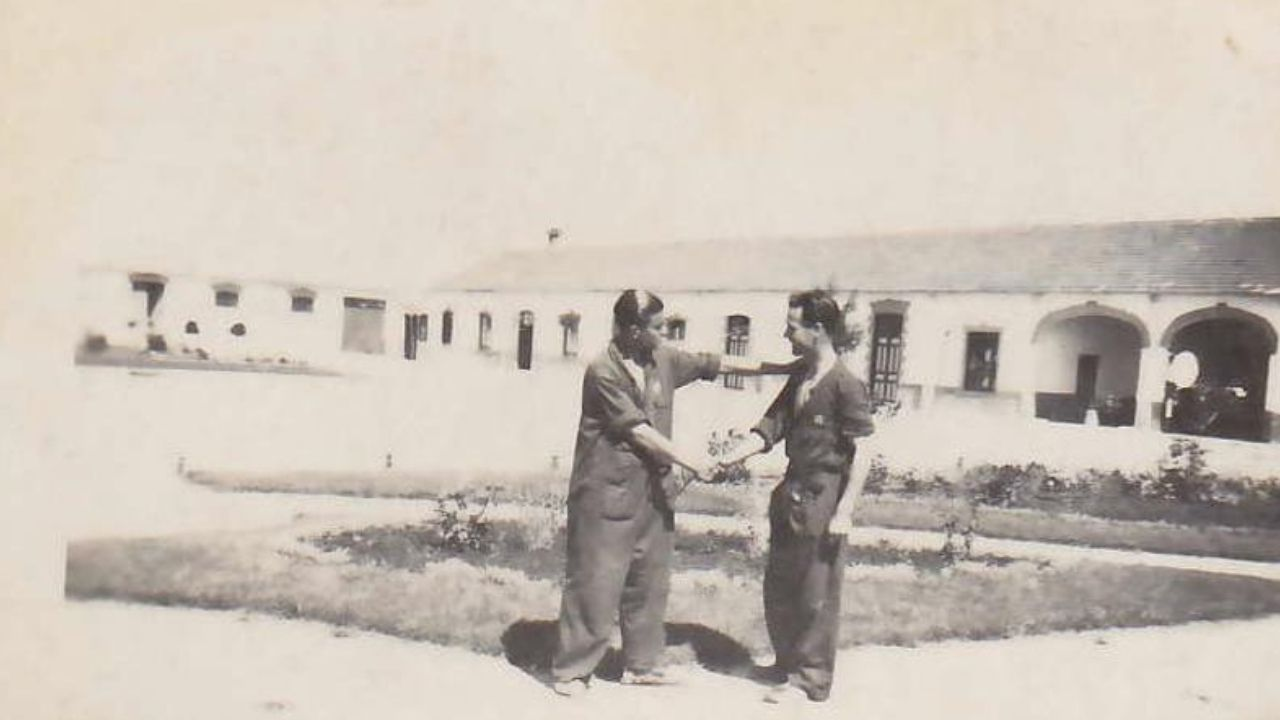 En el reverso de esta fotografía se puede leer 'Luis Villoviñas y Enrique Martínez, Escuela Automovilista del Ejército, Carabanchel Alto'.
