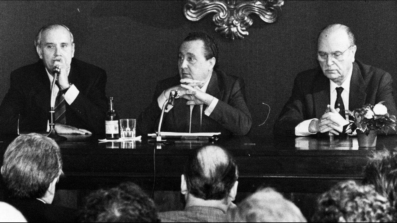 .El exministro de Justicia Pio Cabanillas Gallas durante una conferencia de prensa en una visita a Santiago junto a Gerardo Fernández Albor como presidente de la Xunta de Galicia y Jose´Manuel Romay Beccaría como concelleiro