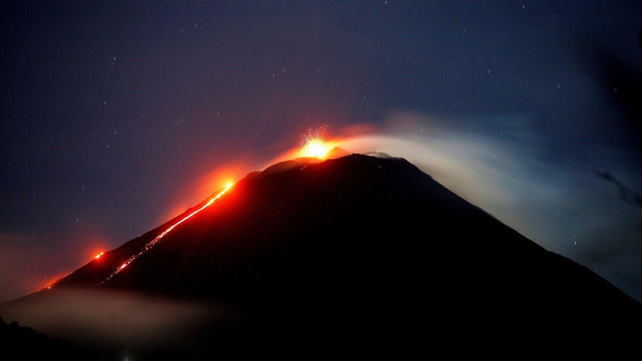 .Vista del Volcán de Pacaya desde el municipio de San Vicente Pacaya en el departamento de Escuintla a unos 45 kilómetros de la Ciudad de Guatemala, el volcán presentó unas 5 explosiones por hora y flujos de lava visibles, la Coordinadora Nacional para la Reducción de Desastres (CONRED) reportó que se encuentra dentro de los parámetros normales