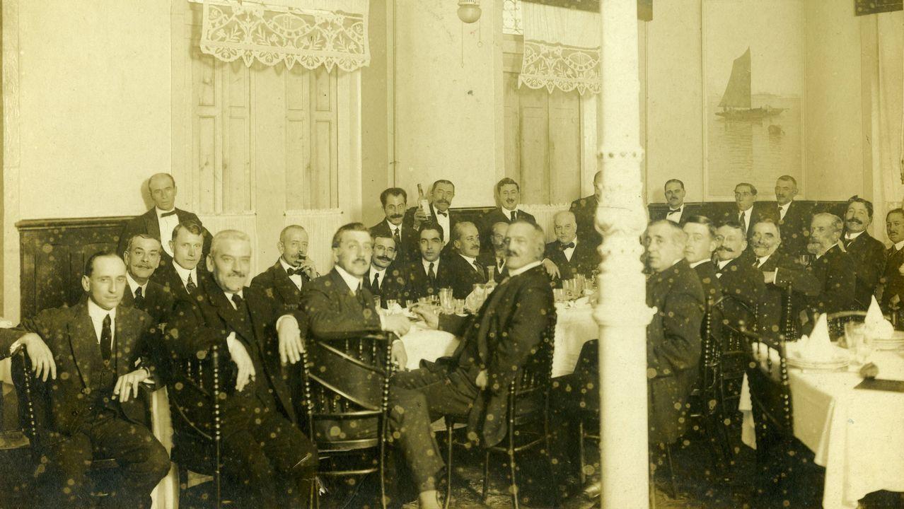 Casares Quiroga (izquierda) en la fiesta de la peña La Terraza en el Hotel de Francia.