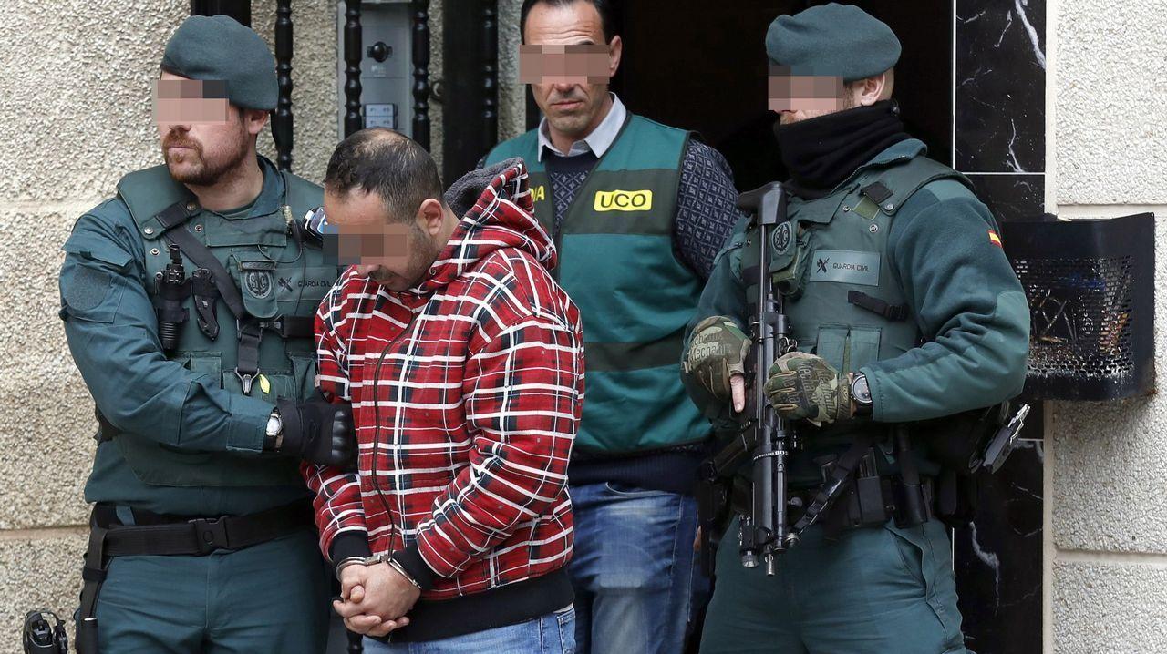 | EFE.Uno de los detenidos por el asesinato del concejal de IU en Llanes (Asturias) Javier Ardines, es conducido por miembros de las GAR de la Guardia Civil y de la UCO, tras buscar indicios en su domicilio de Bilbao.