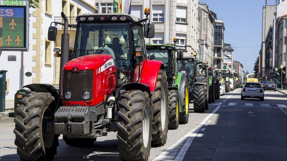 Masiva tractorada en Ordes.El Concello de Ordes está recuperando un local municipal con el personal asignado al taller de empleo.