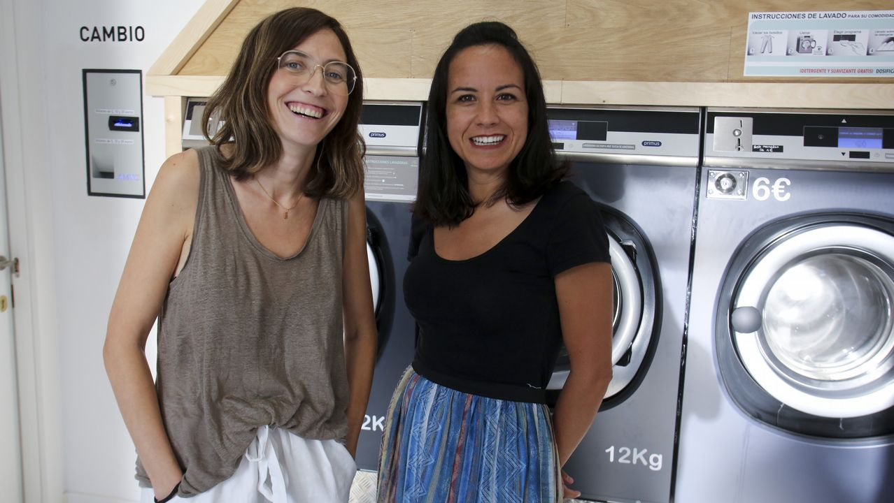 .Alicia Seoane y María Marca inauguraron hace pocos días A lavandería de Santa en el barrio naronés de Santa Icía