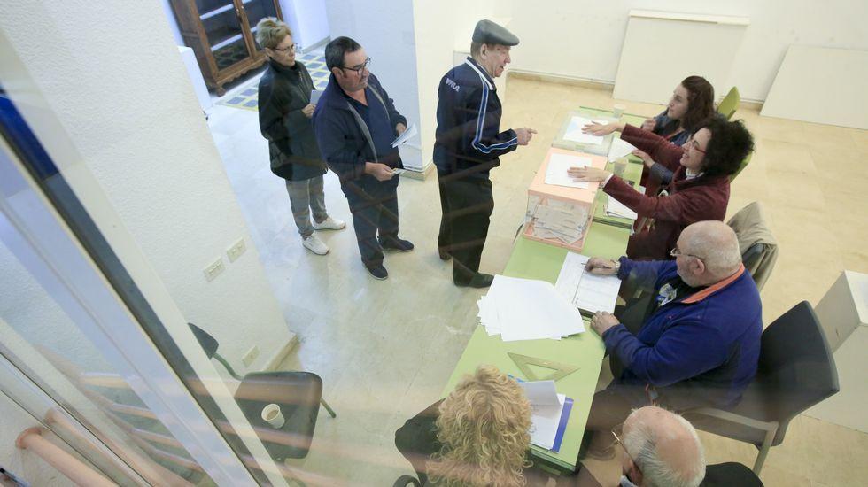 Un momento de la votación de las elecciones municipales el pasado día 26 en una de las mesas de Sarria