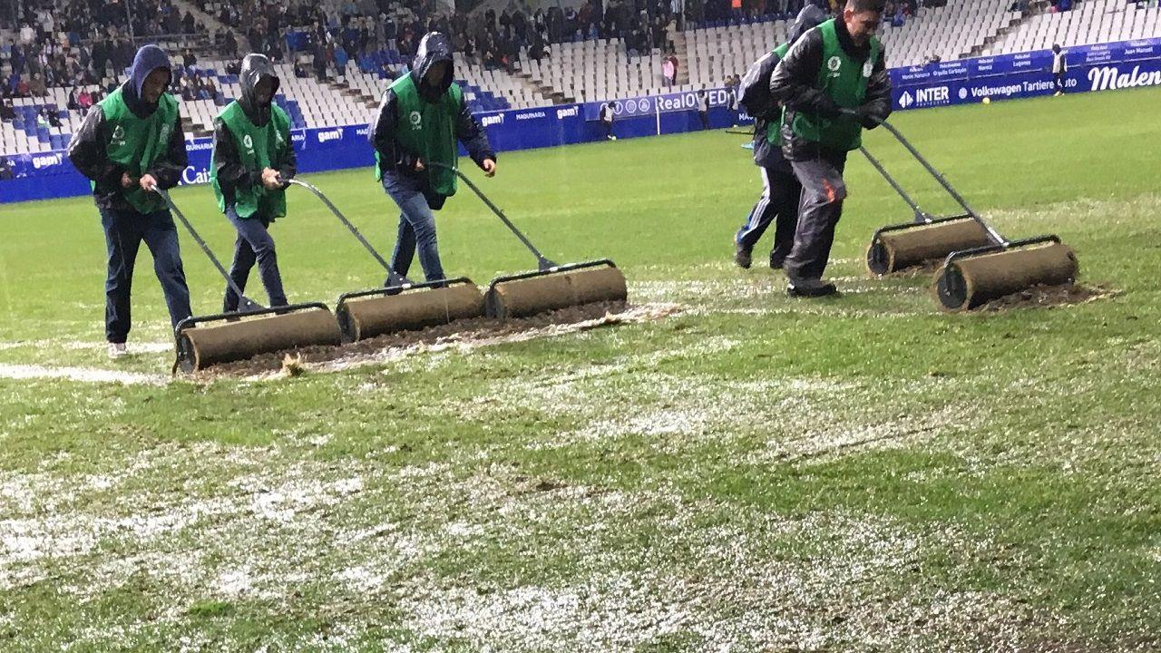 Carlos Tartiere cesped Real Oviedo Osasuna.Operarios tratan de retirar agua del césped antes del inicio del encuentro
