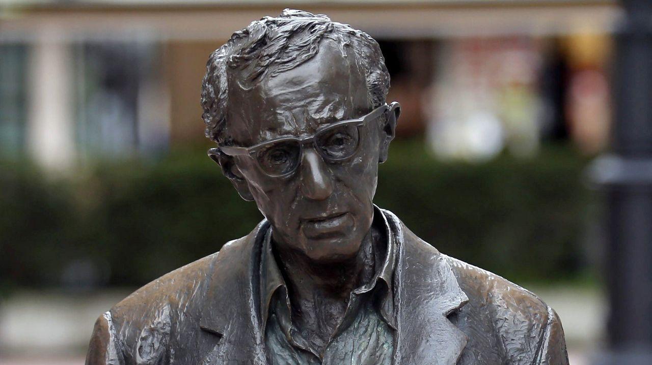 .El Ayuntamiento de Oviedo mantendrá la estatua del cineasta Woody Allen en la céntrica calle de las Milicias Nacionales después de que el Consejo de Igualad haya analizado hoy la petición formulada por la Plataforma Feminista de Asturias para su retirada.