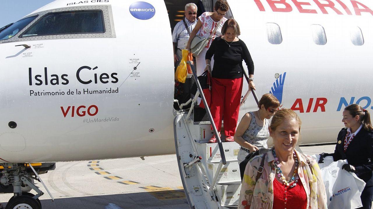 Un grupo de pasajeros consulta los vuelos en el Aeropuerto de Asturias.Antonio Mediavilla, director comercial del grupo Oca Hotels