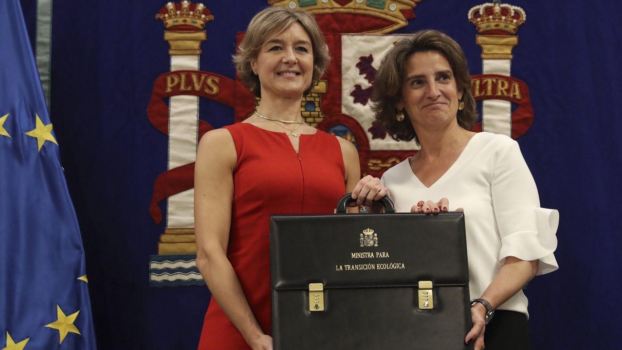 La exministra de Agricultura y Pesca, Alimentación y Medio Ambiente, Isabel García Tejerina, junto a la nueva ministra de Transición Ecológica, Teresa Ribera