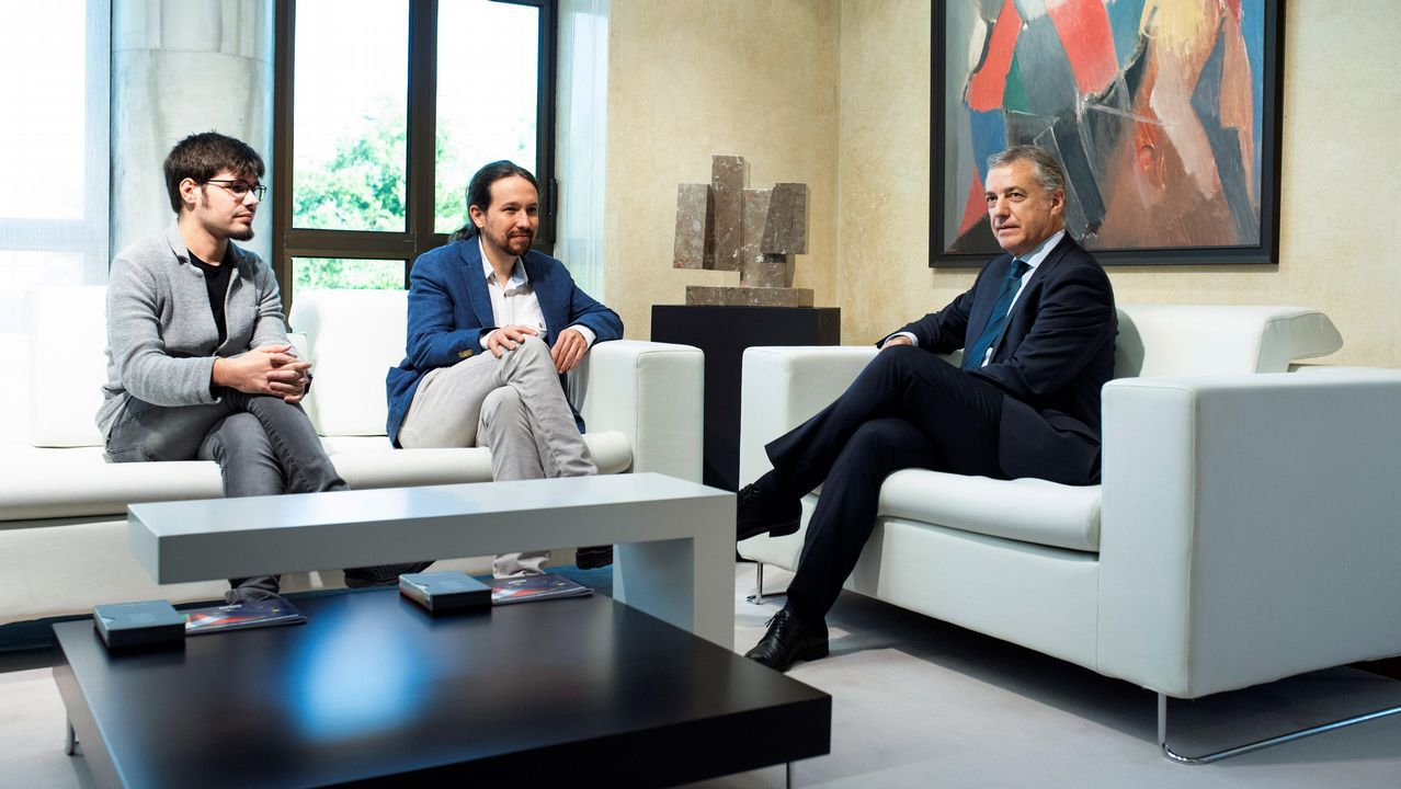 Iglesias ofrece a Urkullu «cuidar la mayoría que desalojó al PP del Gobierno».El presidente del Principado, Javier Fernández, se dirige al estrado del hemiciclo de la Junta General