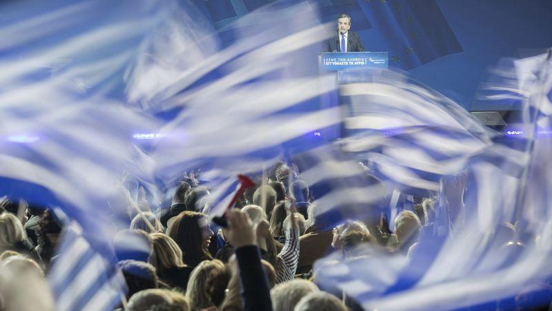 Alegría entre los votantes de Syriza.Sobre los hombros de su padre, un niño asiste en la isla de Creta a uno de los mítines que se celebraron en Grecia durante la campaña.