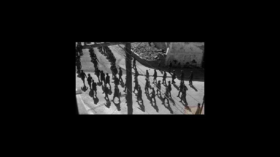 Desfile militar por una calle de la ciudad