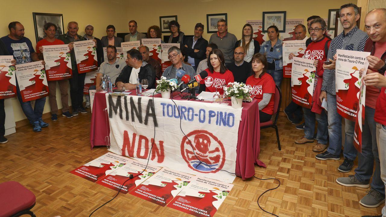 Una riada humana protesta en Santiago contra la mina de Touro