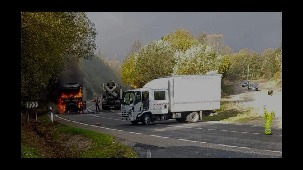 El caos de tráfico en el exterior del Pío XII pone en riesgo a los escolares.El Gobierno podrá prohibir a los camiones circular por carreteras convencionales