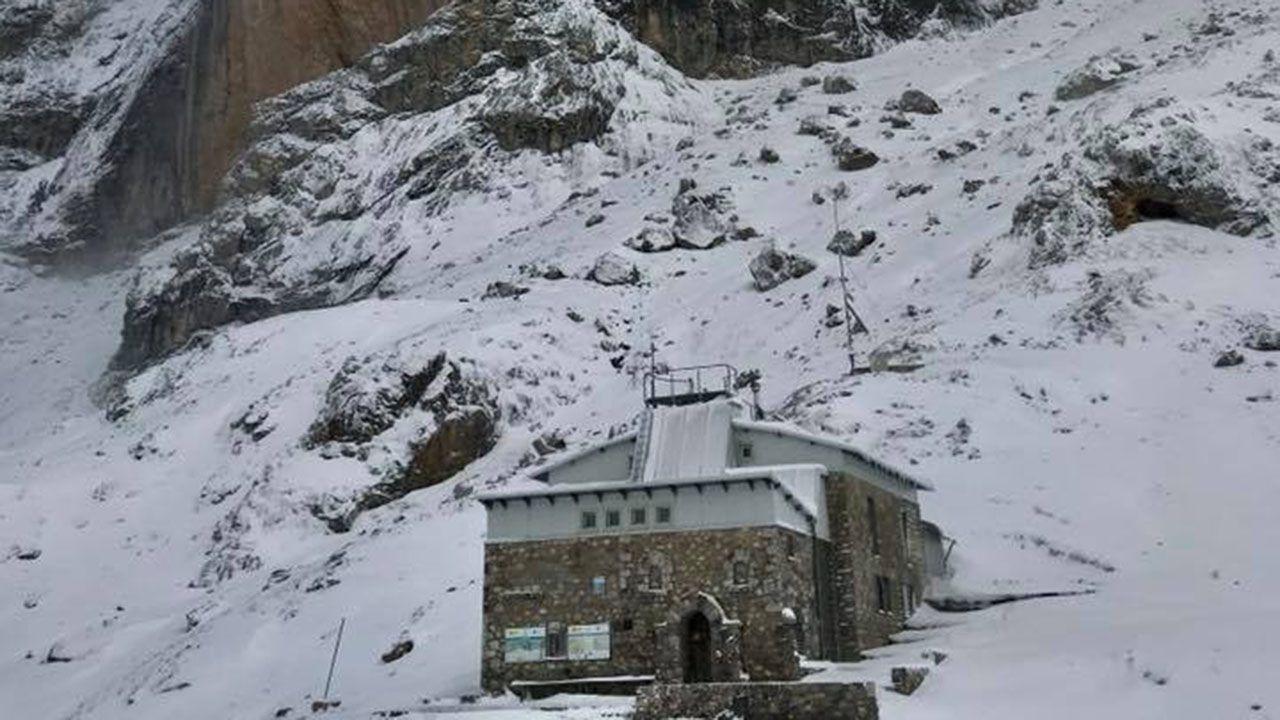 El refugio Uriellu cubierto por la nieve