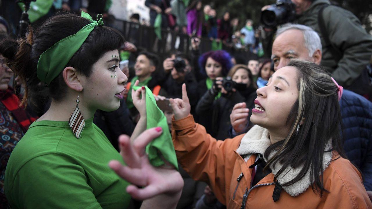 .Manifestantes proabortistas y contrarios a la legalización se manifestaron frente al Parlamento de Buenos Aires durante el debate del proyecto de ley