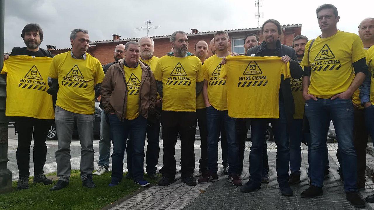 Pablo Iglesias posa con el comité de empresa de Alcoa de Avilés y con una camiseta contra el cierre