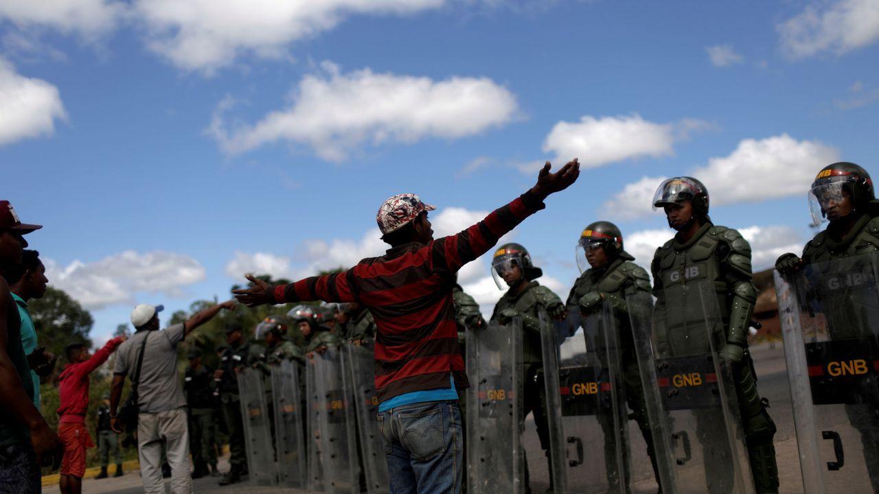 Civiles esperan en la frontera con Brasil donde soldados venezolanos mantienen cerrados los pasos fronterizos