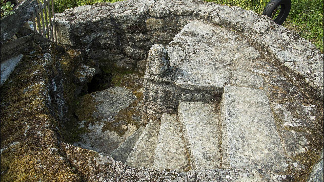 Una curiosa fuente con escalera de piedra