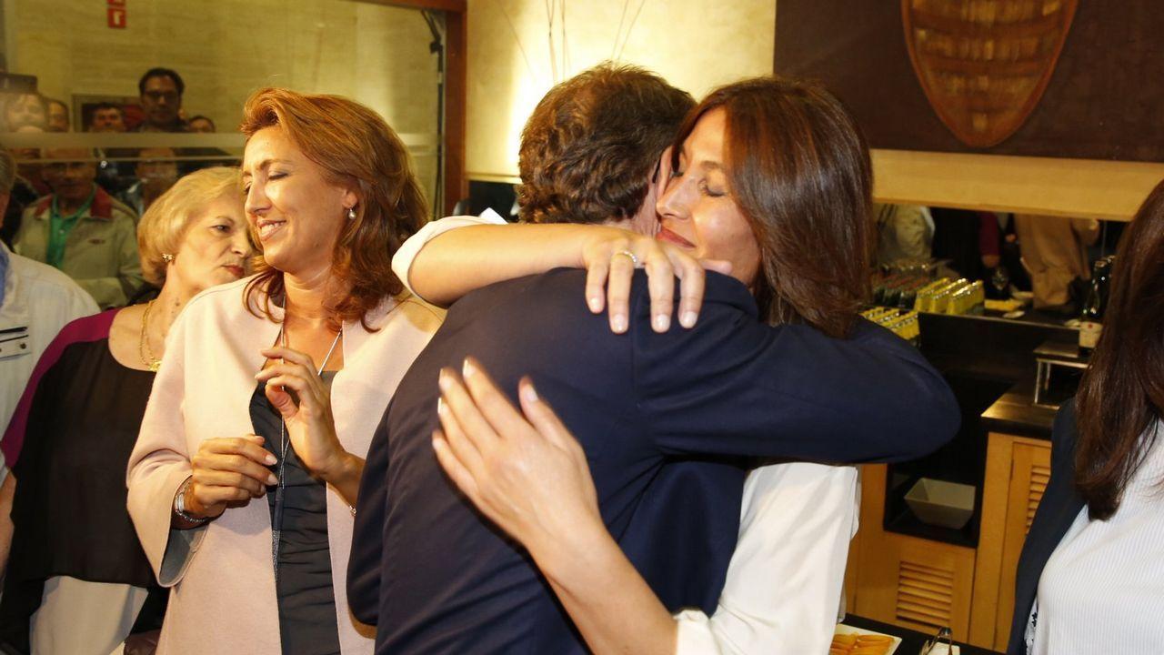 El 25 de septiembre, Feijoo logró por tercera vez una mayoría absoluta para el PPdeG. En la imagen, es felicitado por su pareja, Eva Cárdenas.