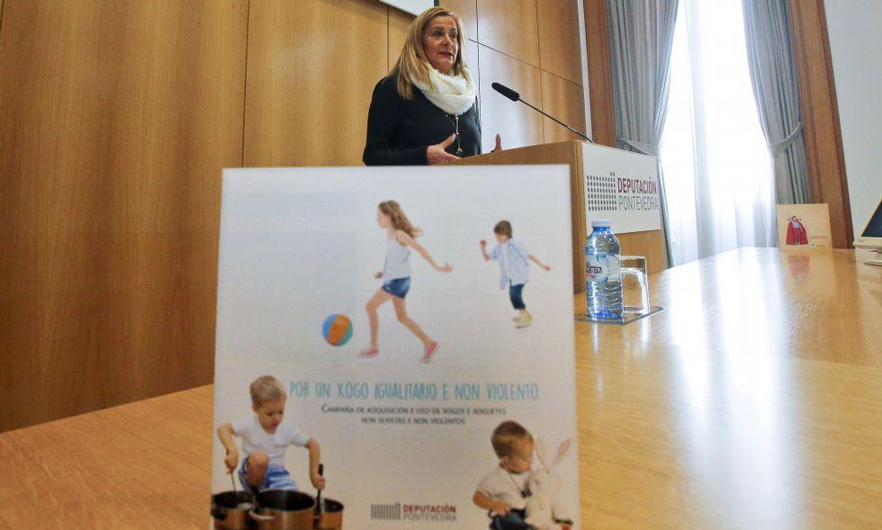 La presidente de la Diputación, Carmela Silva, con el folleto de la campaña, en primer término.