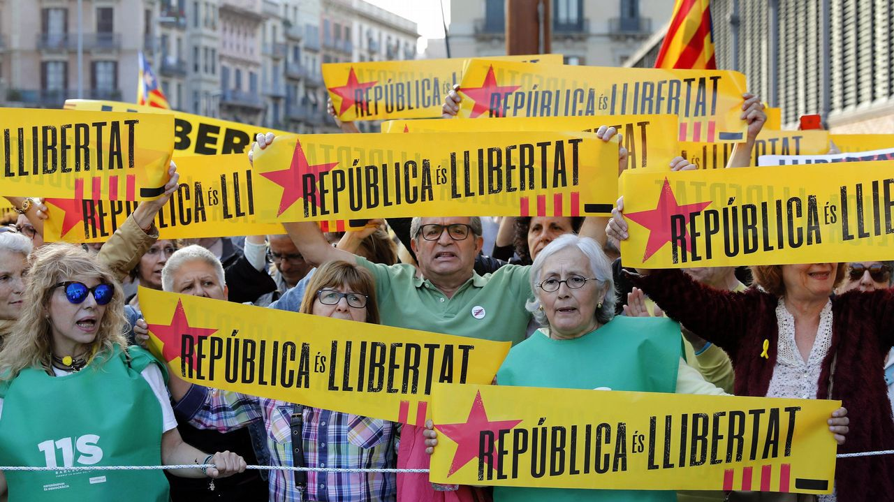 Saludo de Mariano Rajoy tras llegar al Congreso, donde se debatió la moción de censura contra su Gobierno