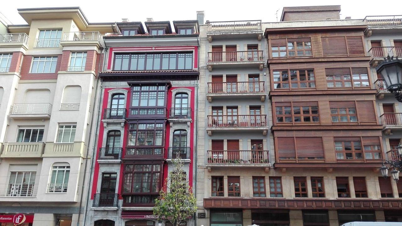 La PAH paraliza un desahucio en Oviedo.Edificios de Oviedo