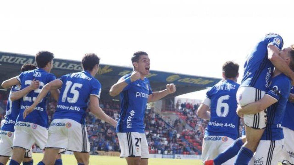Cambio en la convocatoria: se cae Torró y entra Vila.Los jugadores del Oviedo celebran el gol de Toché