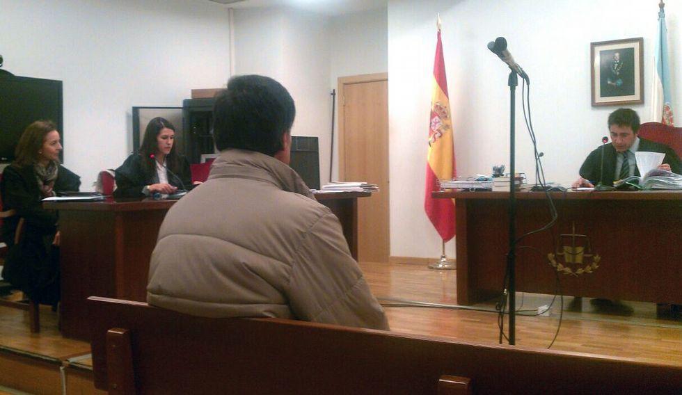 El acusado, ayer en el banquillo del Juzgado de lo Penal número 2.