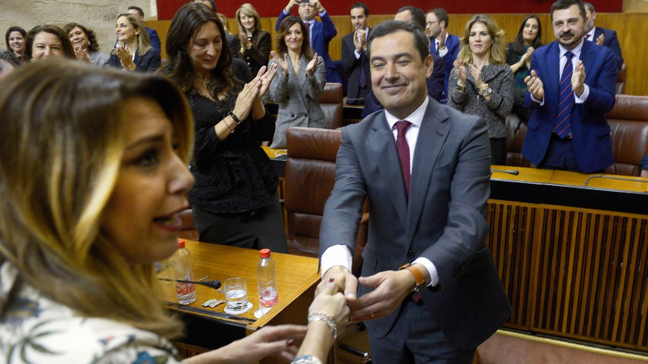 Moreno recibe el saludo de Susana Díaz y el aplauso de los diputados del PP tras ser investido.