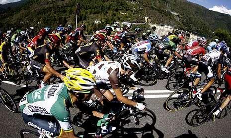 Los ciclistas, a su paso por la localidad de Os Peares, ayer a mediodía,.