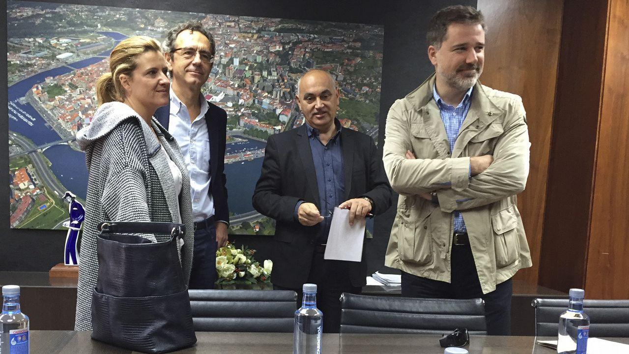 A la izquierda, Adrián Barbón vota en Laviana, mientras que a la derecha José María Pérez charla con unos militantes en San Martín