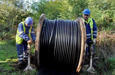 Empleados de una subcontrata de Telefónica reponiendo ayer el cable robado.