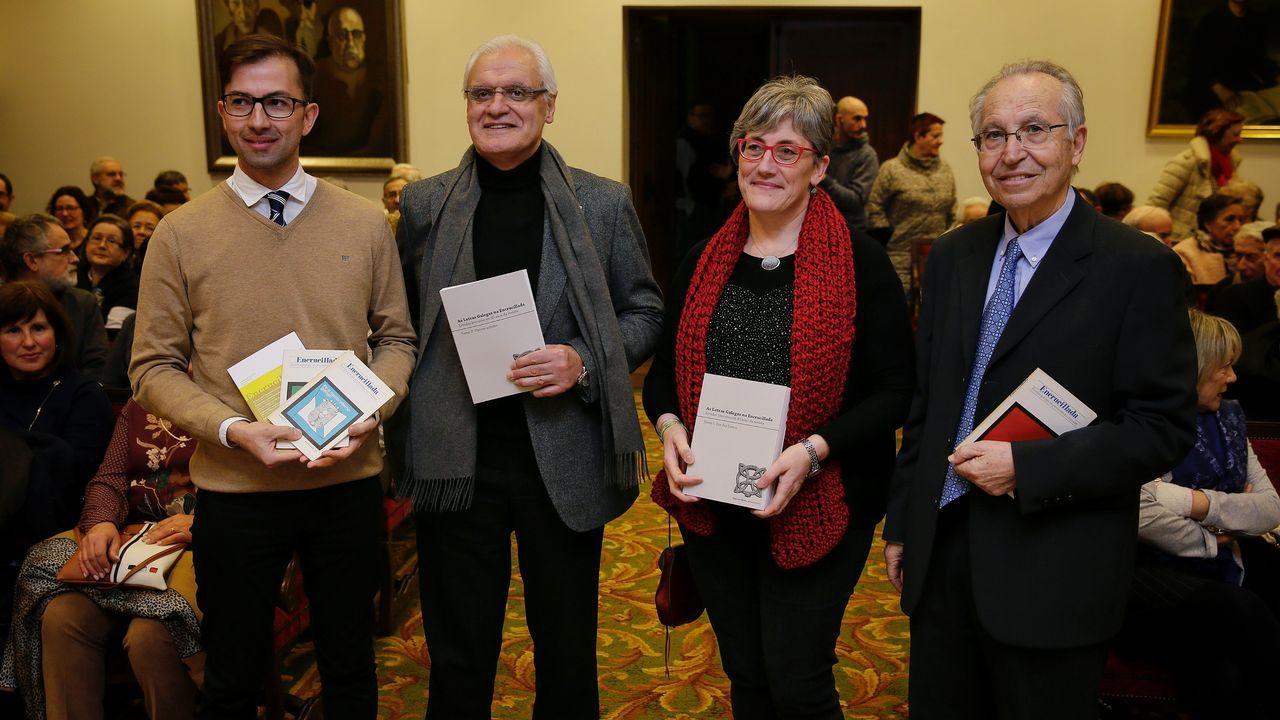 Pedro F. Castelao (actual director de «Encrucillada»); Freixanes, presidente da RAG; Marisa Vidal (secretaria da revista); e Torres Queiruga, primeiro director da publicación