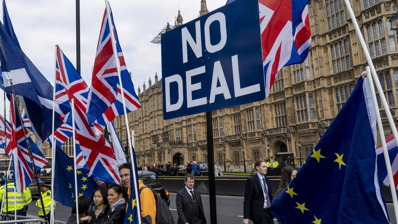 Theresa May ofrece su dimisión a cambio de que se apruebe su plan del «brexit».Un manifestante proeuropeo se manifiesta ante el Parlamento británico