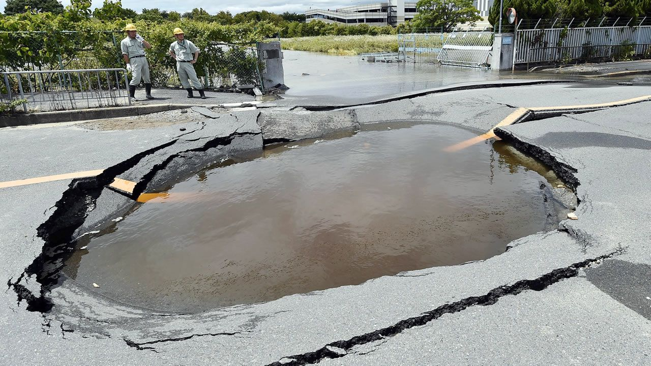 .Derrumbes por un fuerte terremoto en Osaka, Japón