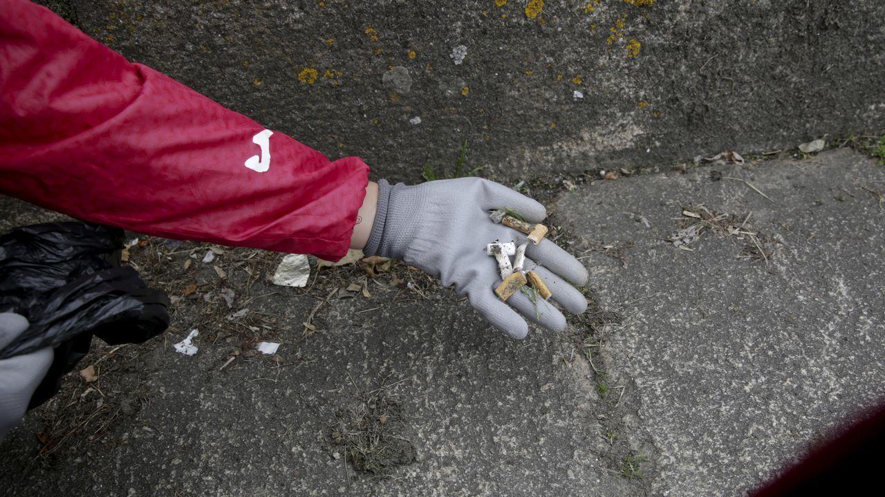 .Voluntarios limpiaron el entorno de la ría de O Burgo