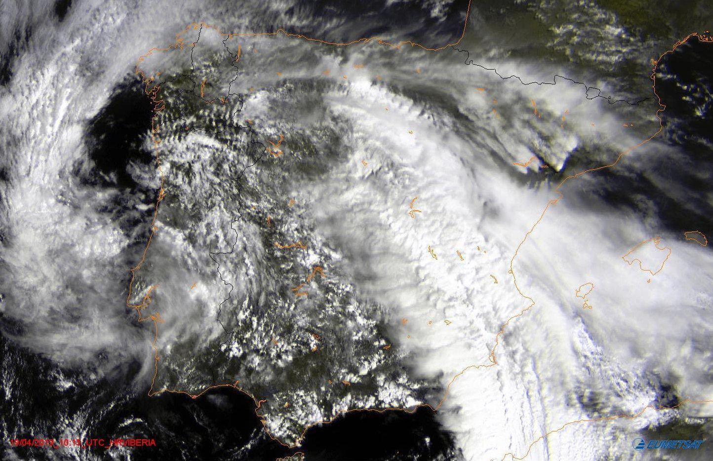 La situación actual desde el satélite.En la imagen del satélite se puede apreciar como las nubes se concentran este viernes en la costa norte