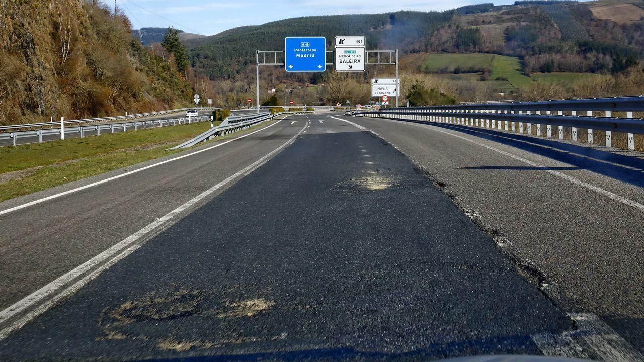 Desperfectos en el asfalto a la salida de Baralla