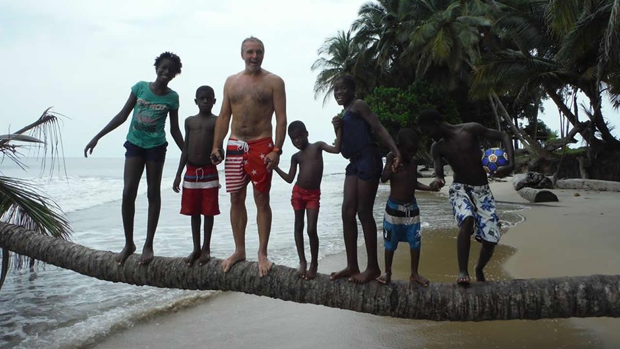 El ferrolano José Ignacio Ruano en la playa de Biavide, de Guinea Ecuatorial, junto a su «familia» africana