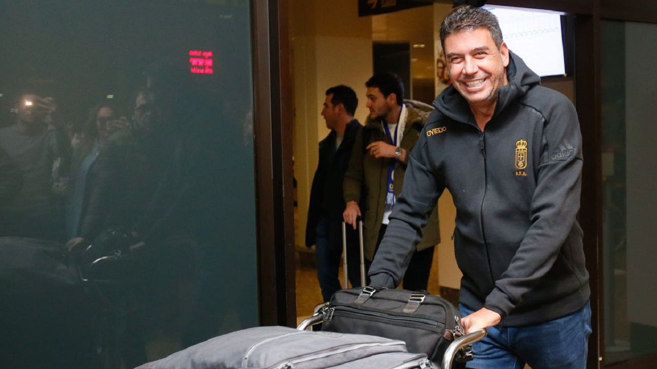 Mossa Sergio Alvarez Real Oviedo Sporting derbi Carlos Tartiere.Arturo Elías en el aeropuerto de Asturias