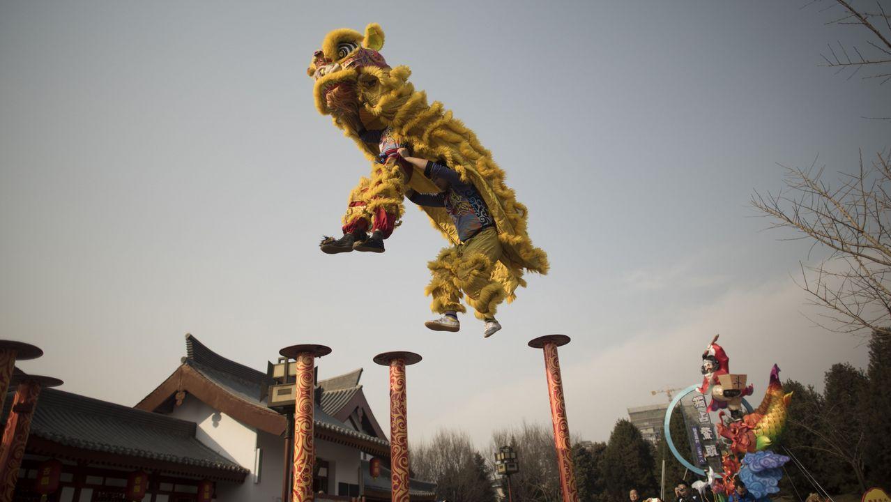 Un grupo de chinos desfilan haciendo la danza del León en el Parque Tang Paradise en Xi'an, provincia de Shaanxi, antes del próximo Año Nuevo Lunar, que marca el Año del Perro.